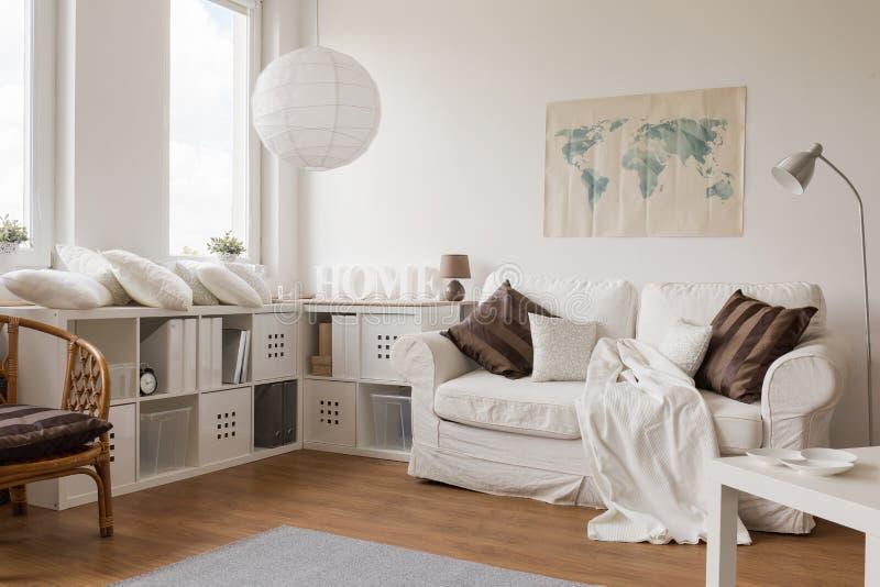 Sala de estar ligera espaciosa fotos de archivo