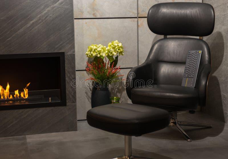 Sala de estar lujosa con la butaca de cuero, fireplac moderno del gas fotografía de archivo