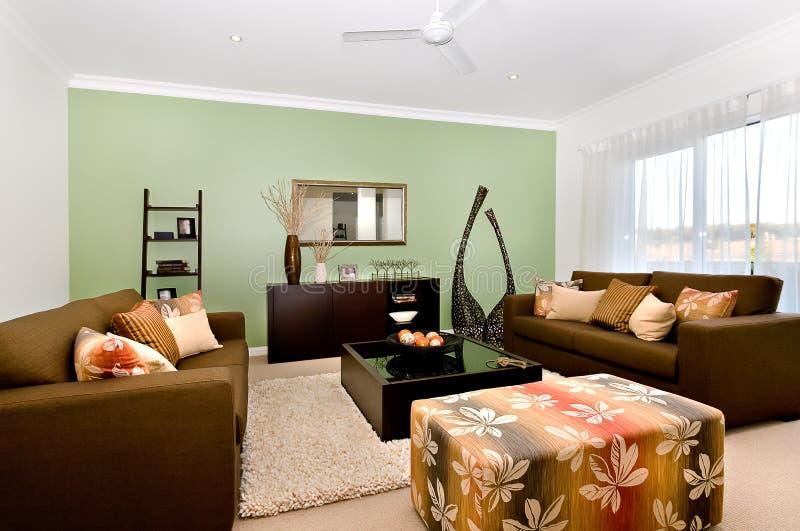 Sala de estar lujosa de un interior moderno de la casa con grande y el fa foto de archivo libre de regalías