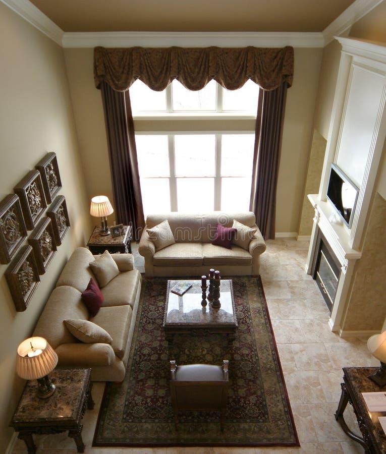 Sala de estar moderna con el firepl imagenes de archivo