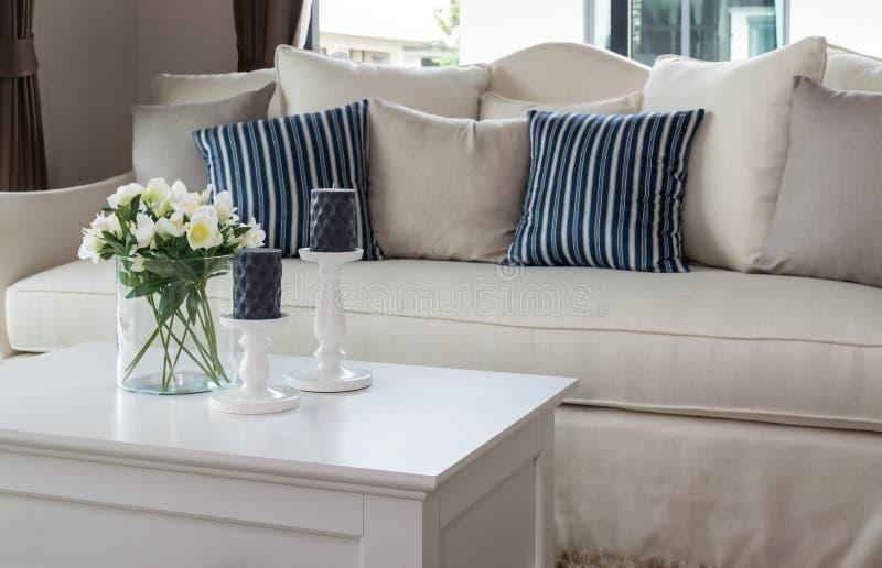 Sala de estar moderna con el florero de cristal y la fila de almohadas imagen de archivo libre de regalías