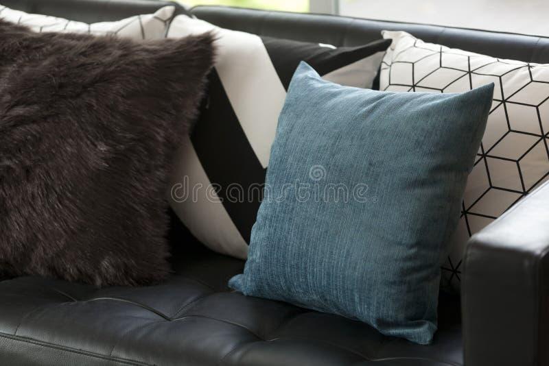 Sala de estar moderna con el sofá fotos de archivo libres de regalías