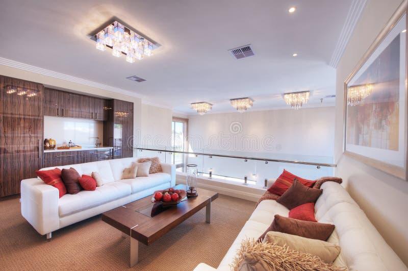 Sala de estar moderna con el sofá blanco imagen de archivo libre de regalías