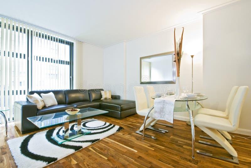 Sala de estar moderna con el sofá de cuero fotos de archivo