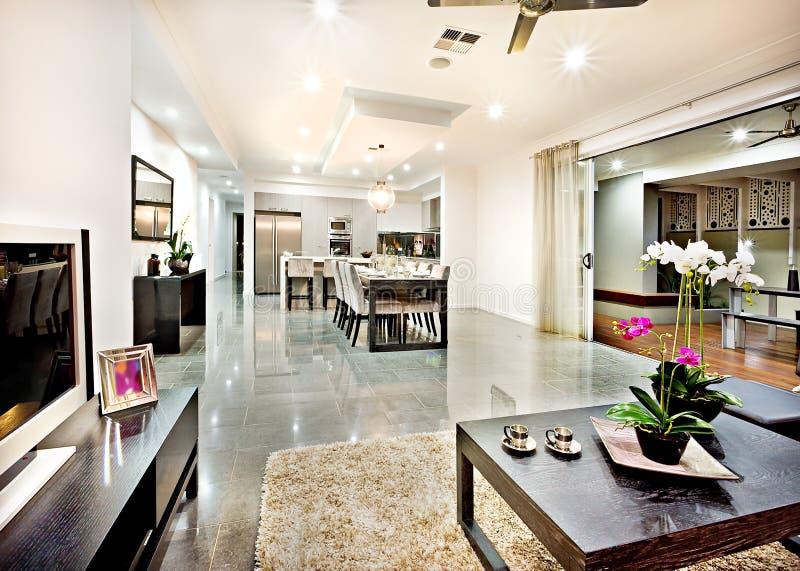 Sala de estar moderna con la entrada de la puerta y la distancia del vestíbulo fotos de archivo libres de regalías