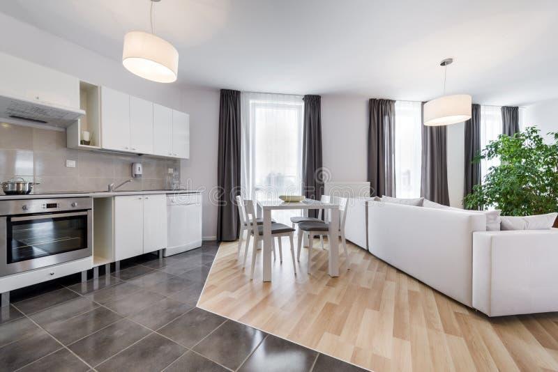 Sala de estar moderna del dise o interior con la cocina for Sala de estar estancia cocina abierta