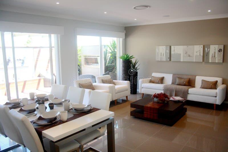 Sala de estar moderna del diseño interior con la tabla dinning imagenes de archivo