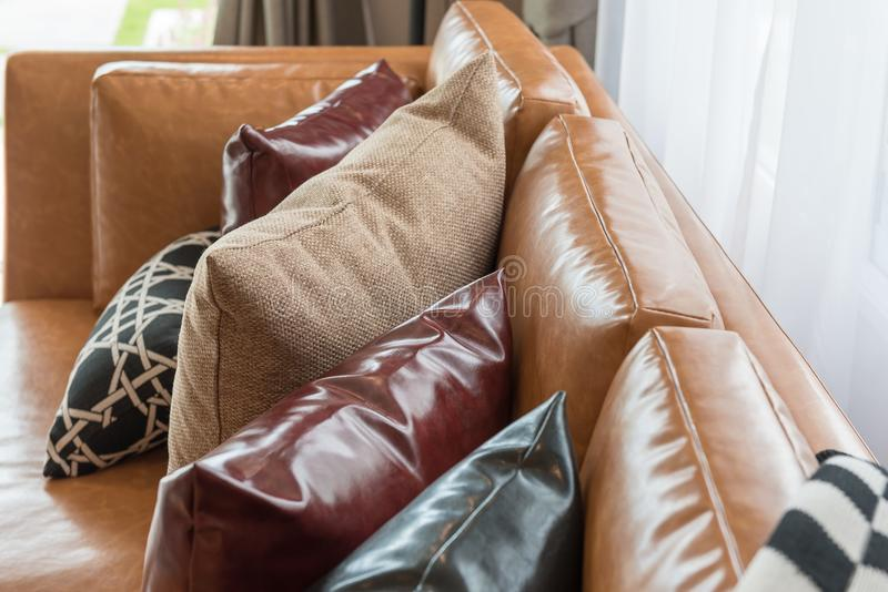 sala de estar moderna del estilo con el sofá marrón moderno imágenes de archivo libres de regalías