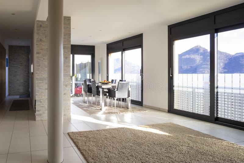 Sala de estar moderna espaciosa y brillante fotos de archivo
