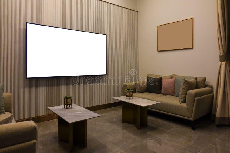Sala de estar moderna de lujo con muebles, la pantalla en blanco TV y el marco, decoración del sofá en la noche Diseño interior c imagen de archivo libre de regalías