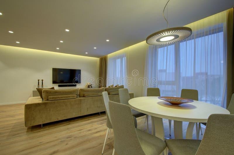 Sala de estar moderna y comedor imágenes de archivo libres de regalías