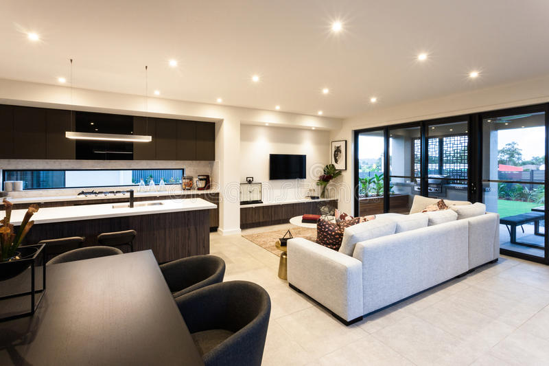 Sala de estar moderna y comedor al lado de la entrada del for Sala de estar en el patio