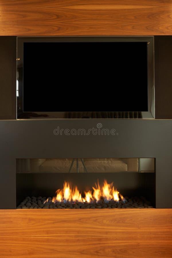 Sala de estar na casa moderna com tevê e chaminé imagens de stock