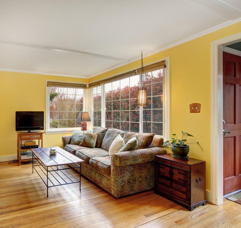 Sala de estar preciosa de la madera dura con el sof for Sala de estar madera