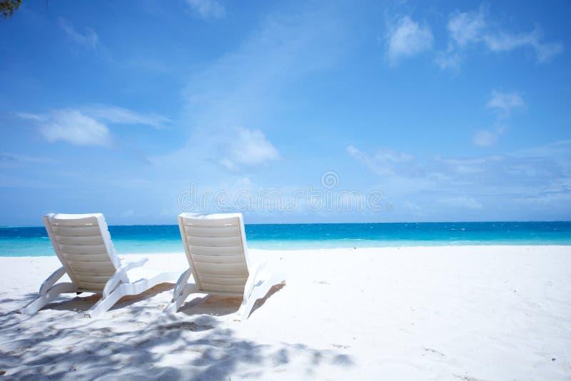 A sala de estar preside a praia tropical foto de stock royalty free