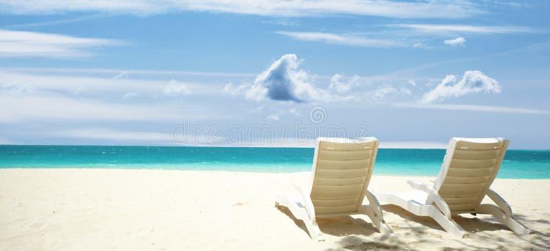 A sala de estar preside a praia tropical fotos de stock royalty free