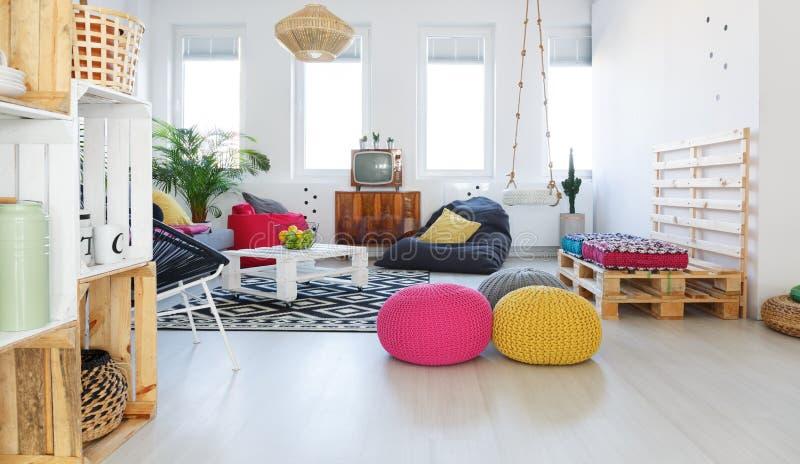 Sala de estar retra colorida foto de archivo