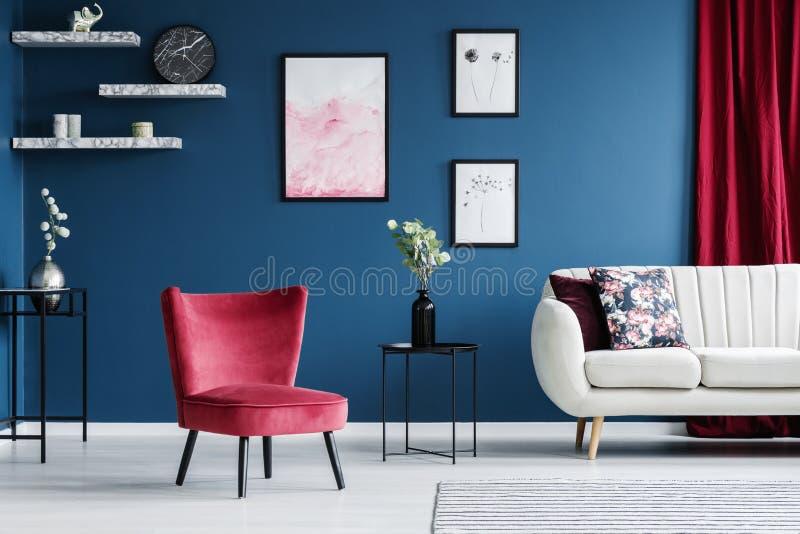 Sala de estar roja y azul fotos de archivo libres de regalías