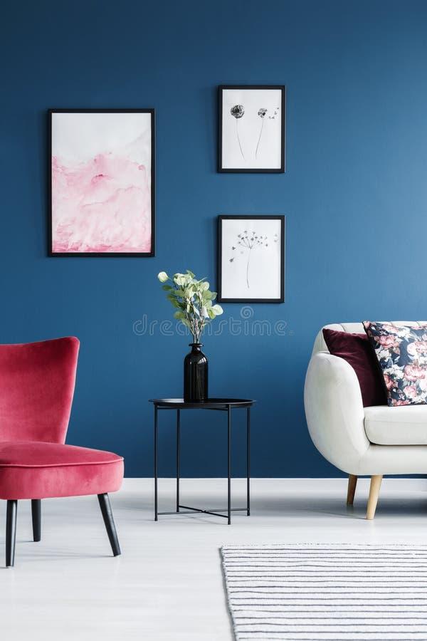 Sala de estar roja y azul imagen de archivo libre de regalías