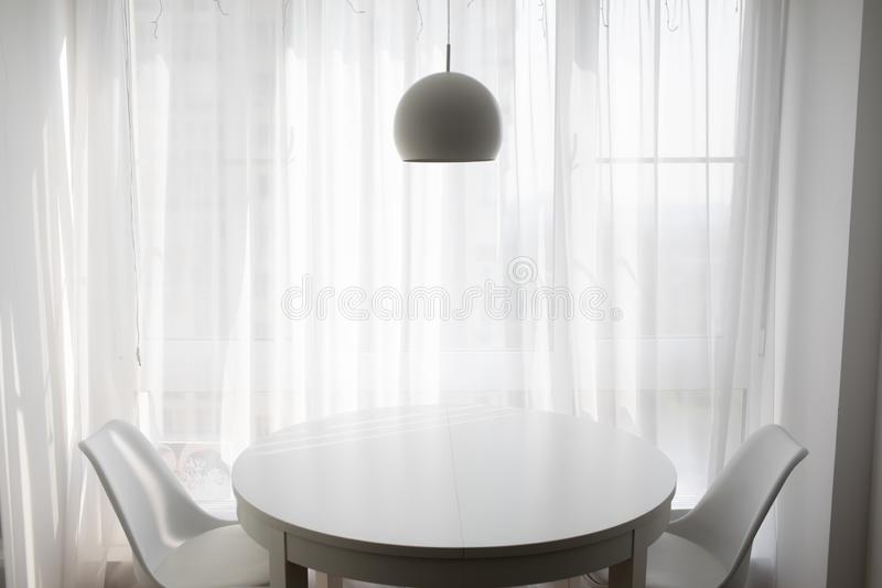 Sala de estar simple por tardes acogedoras foto de archivo