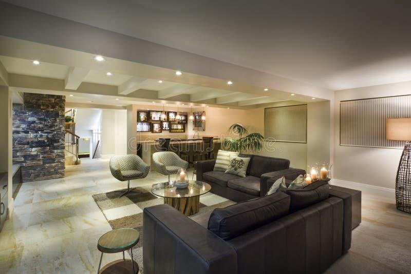 Sala de estar subterráneo moderna foto de archivo libre de regalías