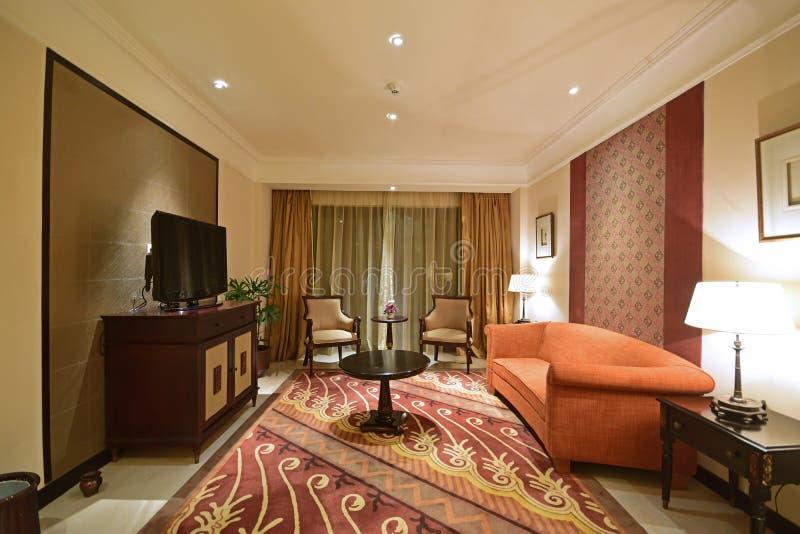 Sala de estar temática asiática suroriental tradicional de una habitación de hotel de lujo foto de archivo