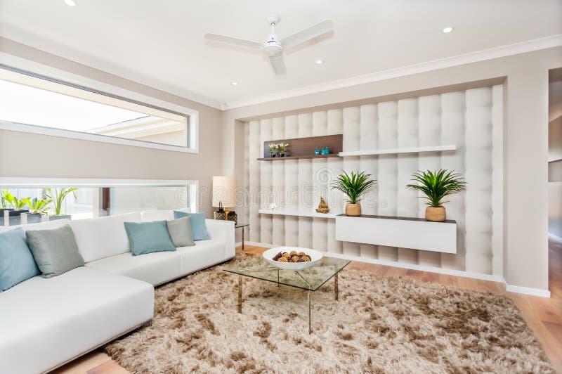 Sala de estar de una casa lujosa con la decoración natural y los sofás blancos imagen de archivo libre de regalías