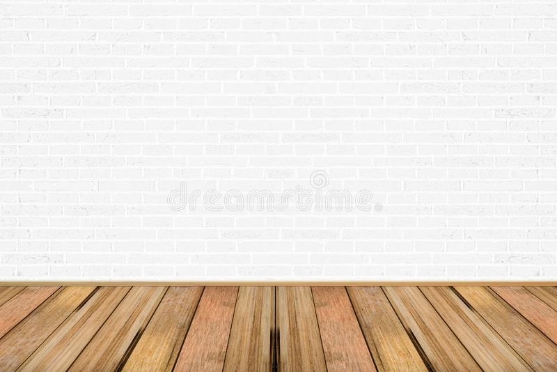 Sala de estar vacía con suelo de madera y pared de ladrillo pintado de blanco foto de archivo libre de regalías