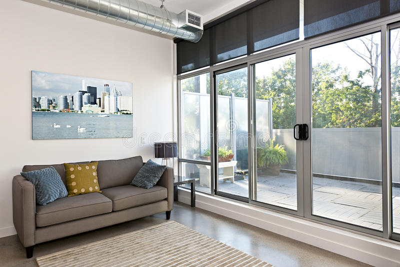 Sala de estar y balcón modernos imagen de archivo