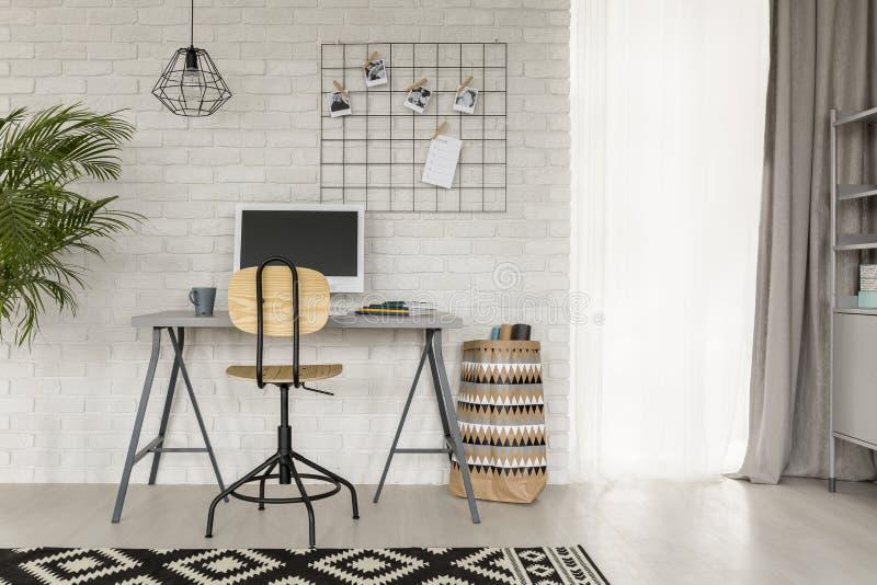 Sala de estudo com detalhes industriais fotografia de stock