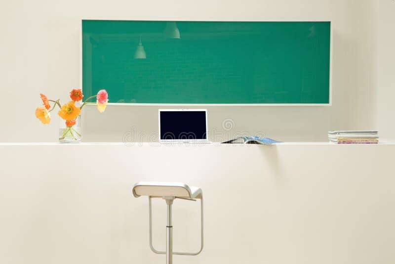 Sala de estudo com livros e portátil imagens de stock royalty free