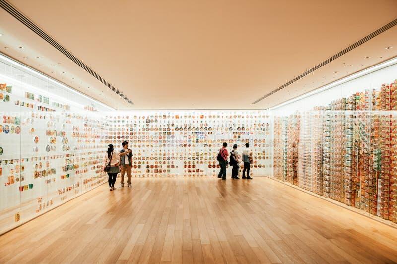 Sala de exposição com o turista no museu dos macarronetes de copo em Yokohama foto de stock royalty free