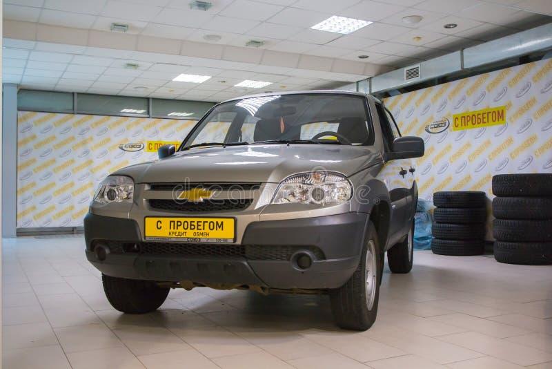 Sala de exposición de la representación Chevrolet y del coche en ella en la ciudad de Kirov adentro imagenes de archivo
