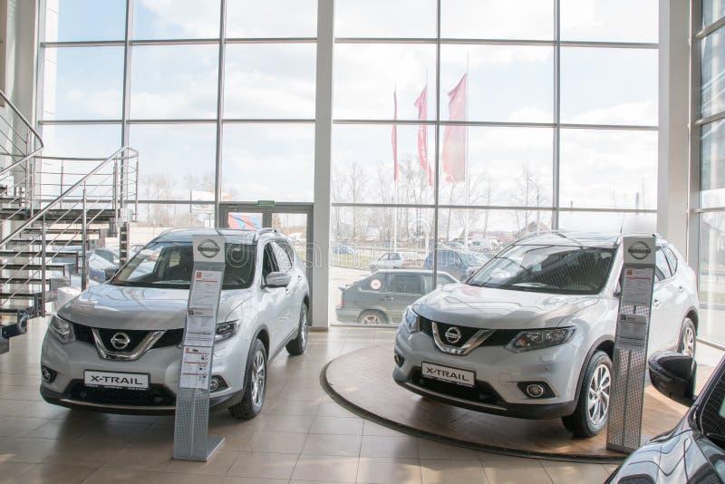 Sala de exposición y coche de la representación Nissan en la ciudad de Kirov en 2017 fotografía de archivo libre de regalías