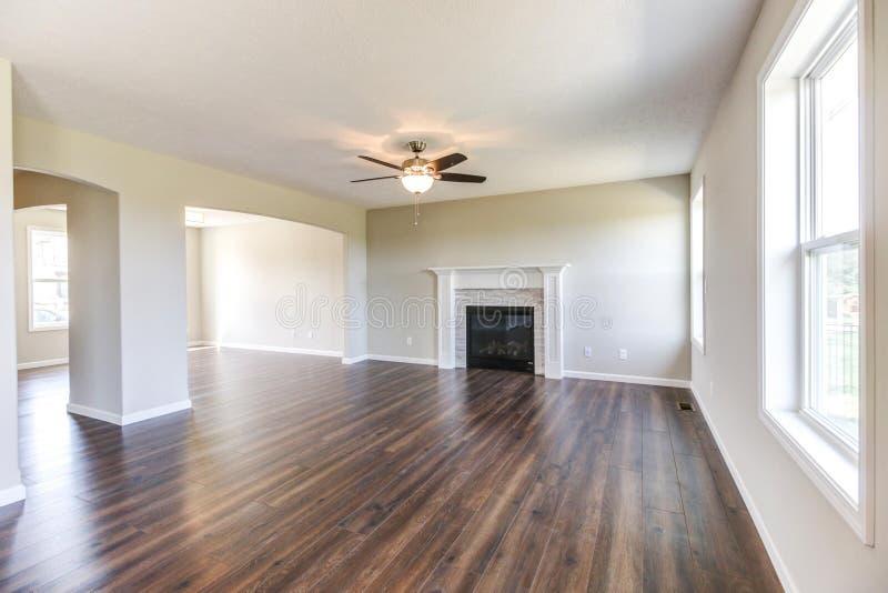 Sala de família agradável em uma casa da construção nova no midwest imagem de stock