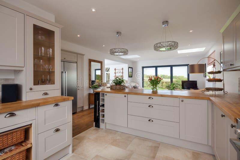Sala de família de plano aberto da cozinha fotografia de stock royalty free