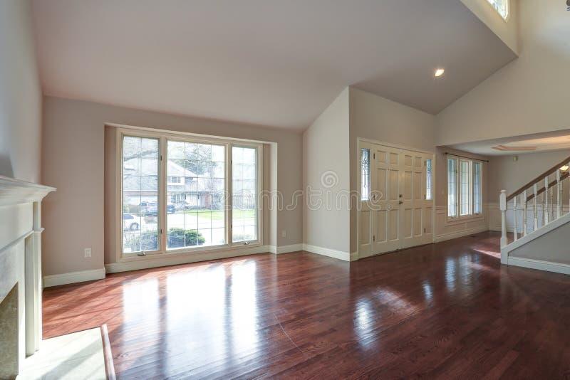 Sala de família vazia com teto arcado fotos de stock royalty free