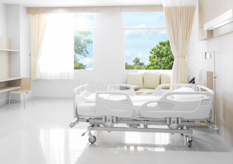 Sala de hospital com camas e o médico confortável equipada com o na fotos de stock