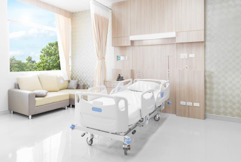 Sala de hospital com camas e o médico confortável equipada em um hospital moderno fotografia de stock