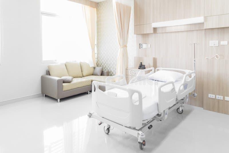 Sala de hospital com camas e o médico confortável equipada em um mo fotos de stock