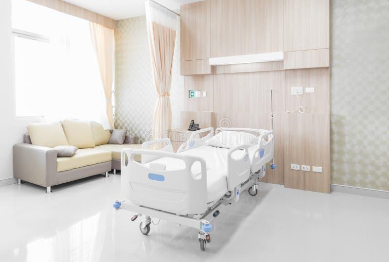 Sala de hospital com camas e o médico confortável equipada em um mo imagem de stock royalty free