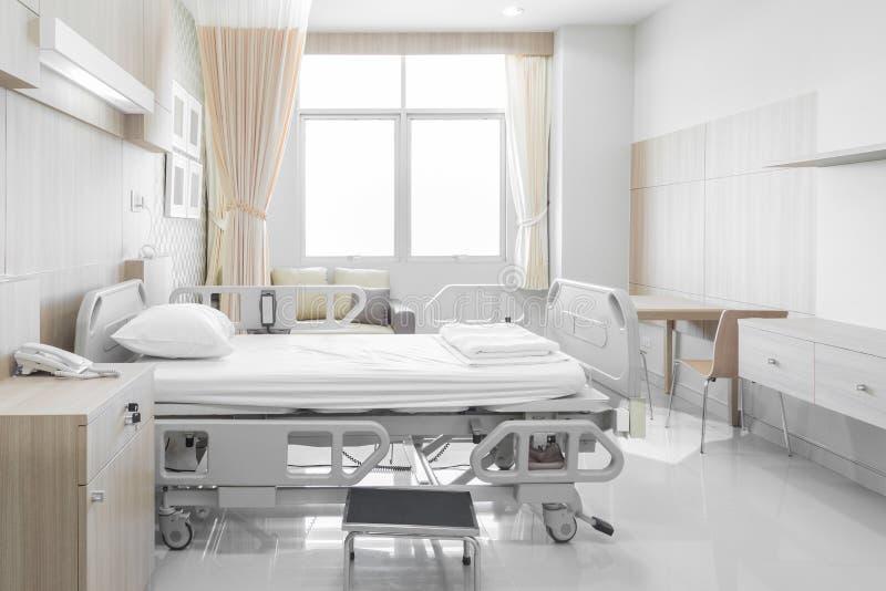 Sala de hospital com camas e o médico confortável equipada em um mo imagens de stock royalty free