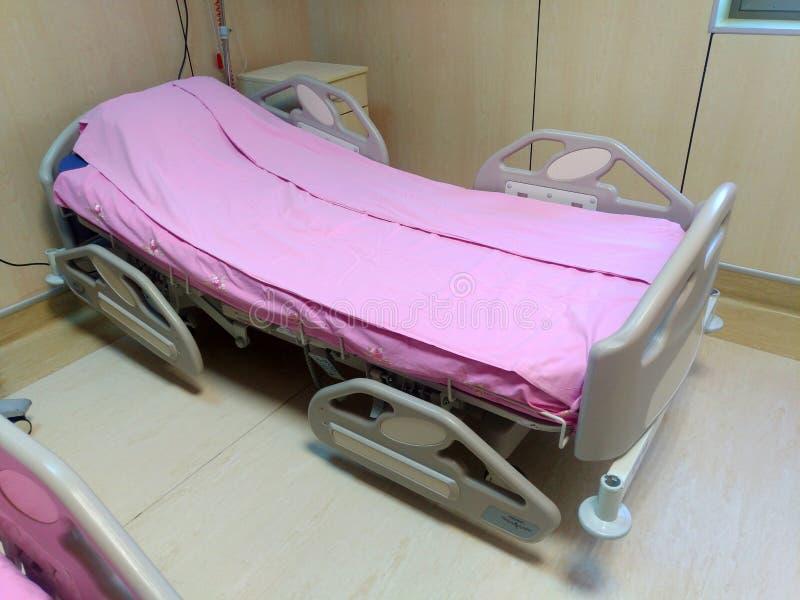 Sala de hospital com camas e o m?dico confort?vel equipada em um hospital moderno Quarto para o paciente em um hospital branco foto de stock