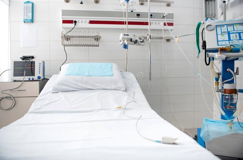 Sala de hospital nos tons brancos com equipamento médico moderno imagem de stock royalty free