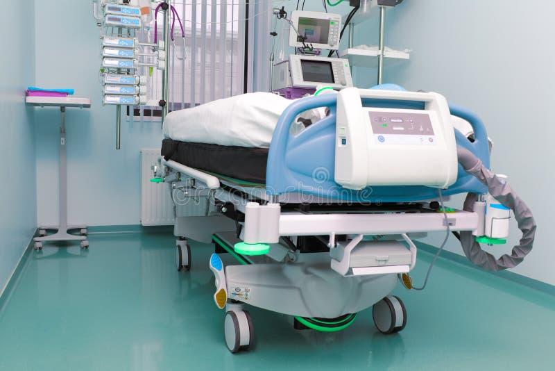 Sala de hospital. a unidade de cuidados intensivos. foto de stock royalty free