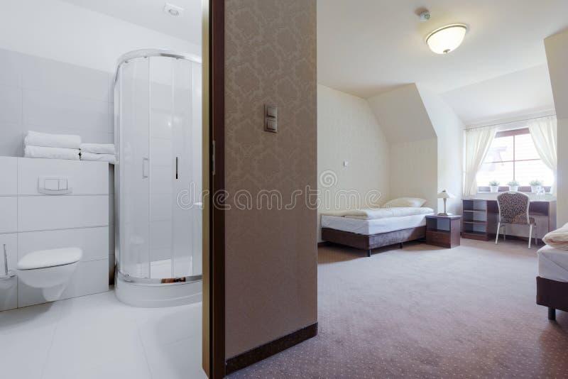 Sala de hotel com banheiro privada imagem de stock