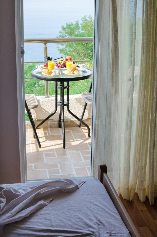 A sala de hotel com café da manhã fresco serviu no terraço fotos de stock