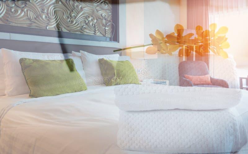 Sala de hotel com uma toalha branca imagem de stock royalty free