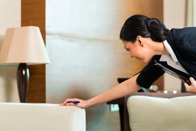 Sala de hotel de controlo da empregada chinesa asiática imagens de stock royalty free