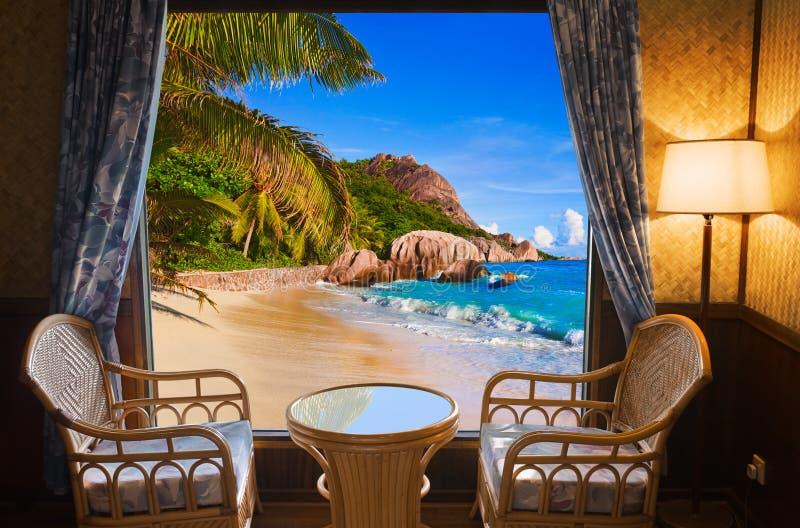Sala de hotel e paisagem da praia fotografia de stock royalty free